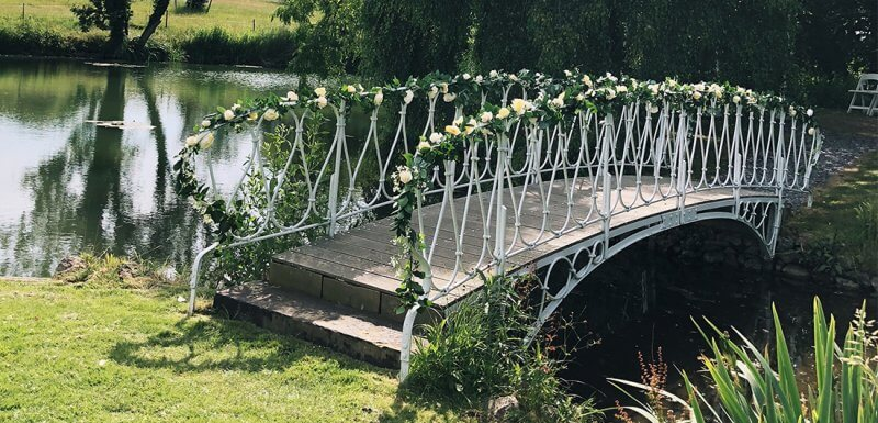 floral decoration of the wedding bridge